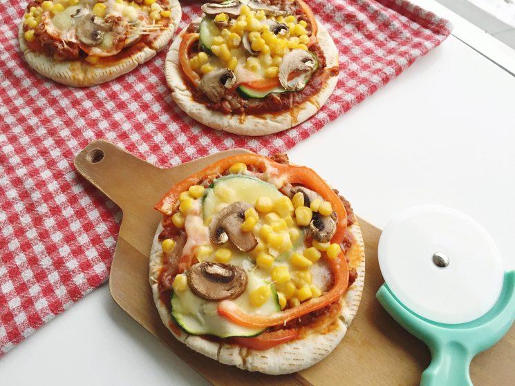pita pizzas topped with veggies